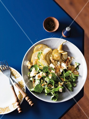 Watercress salad with pear, blue-veined cheese and almonds