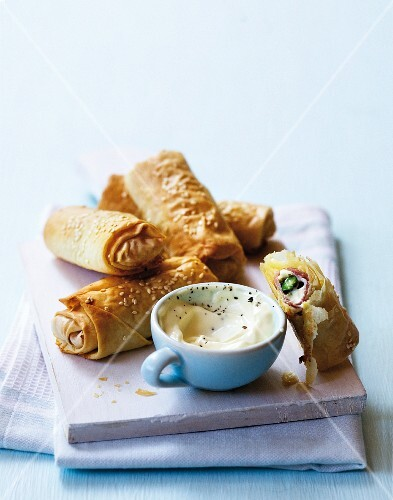 Filo pastry rolls with green asparagus, ham and Camembert