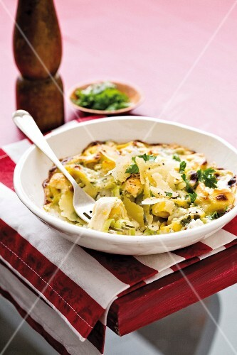 Gratinated tortelloni with leek and blue cheese