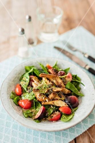 Spinach salad with artichokes and tomatoes