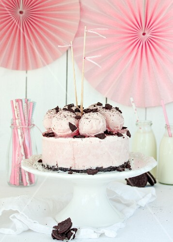 Strawberry ice cream cake with chocolate biscuits