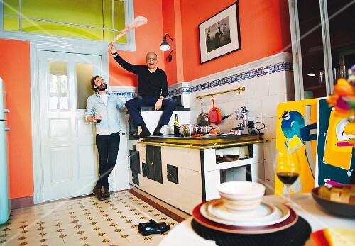 The gallery owner Alfred Kornfeld in his kitchen with the artist William Bradley