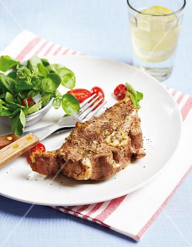 Grilled lamb chop with garlic, pepper and salad