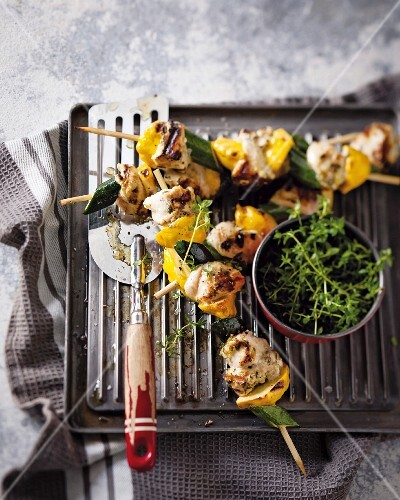 Marinated chicken kebabs with courgette and pepper