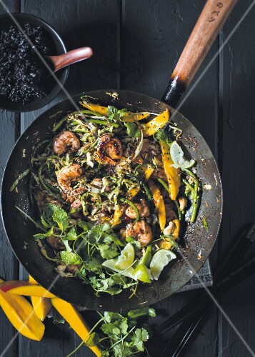 Stir-fried prawns and vegetables with mango and lime