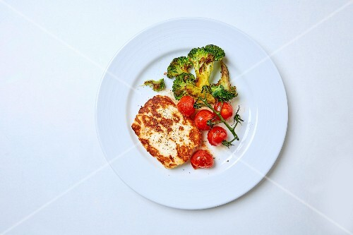 Halloumi cheese with spicy broccoli and vine tomatoes