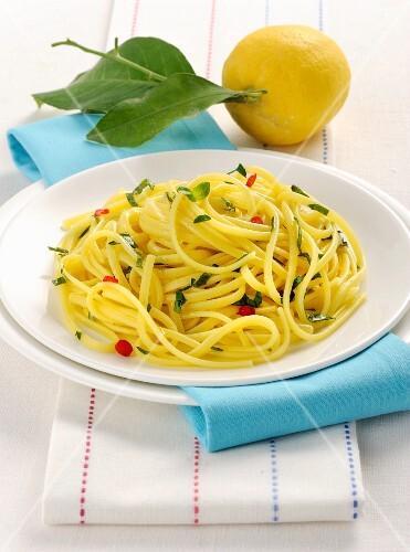 Linguine al limone (Italian pasta with lemon)