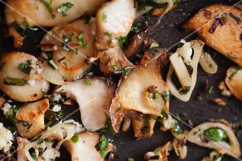 Pan-fried mushrooms (close-up)