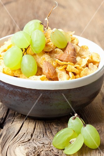 Cornflakes with almonds and grapes