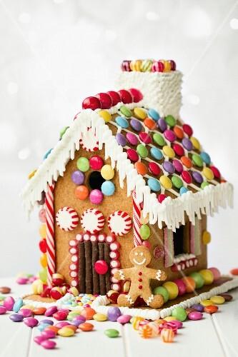Lebkuchenhaus mit bunten Schokolinsen dekoriert