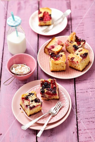 Yeast cake with berries