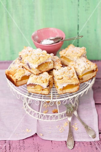 Traybake with peaches, meringue and crumble