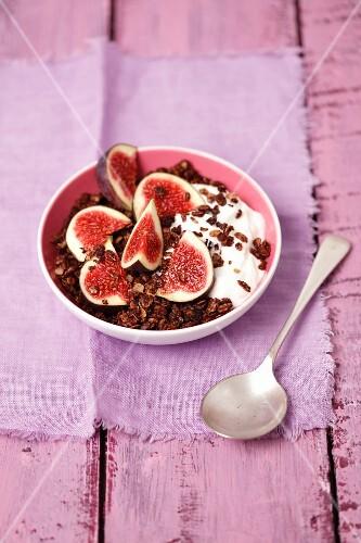 Chocolate muesli with yoghurt and figs