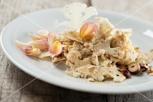 Raw cauliflower salad with hazelnuts