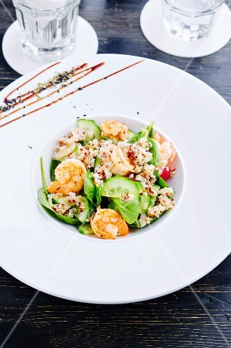 Quinoa, spinach and cucumber salad with shrimps