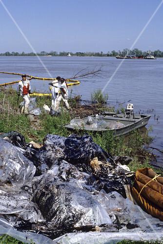 Oil spill clean up on Mississippi River