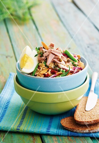 Quinoa salad with tuna, radicchio, beans and dried tomatoes
