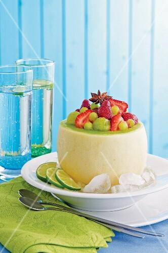 Erdbeer-Melonensalat mit Ingwer in ausgehöhlter Melone
