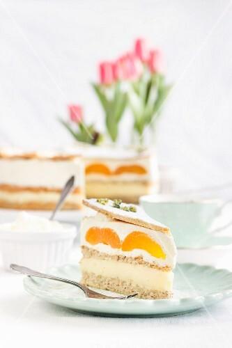Biskuittorte mit Aprikosen, Pudding und Sahne