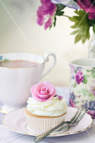 Afternoon Tea mit Rosen-Cupcake