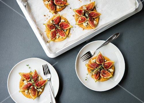 Puff pastry tartlets with fresh figs, crumbly Gorgonzola, honey, lemon and chopped thyme