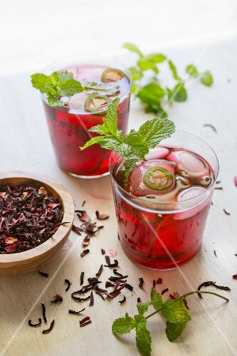 Hibiscus cocktails with mint