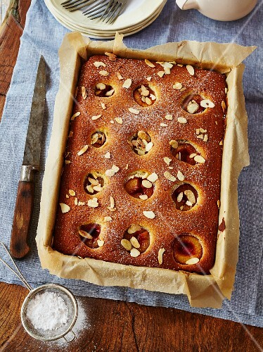 Sponge cake with plums and almonds