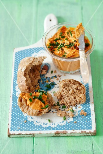 Soya and tomato pâté with bread