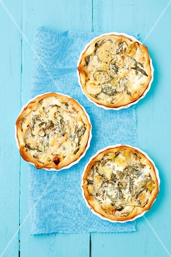 Tartlets with rocket, leek and goats' cheese