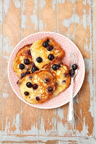Goats' cheese and blueberry pancakes (seen from above)