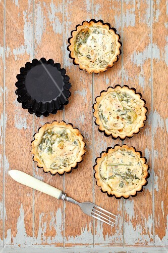 Tartlets with rocket, leeks and goats' cheese