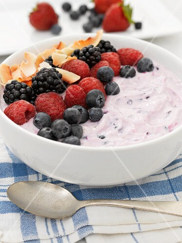 A smoothie bowl with yoghurt, berries and coconut