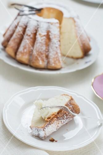 Bundt cake with vanilla and icing sugar