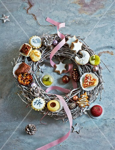 A festive wreath decorated with various Christmas biscuits