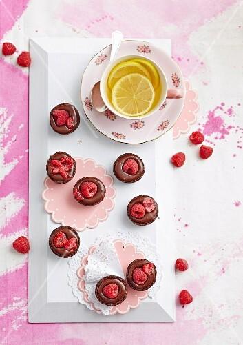 Mini Schokoladentörtchen mit Himbeeren und Zitronentee