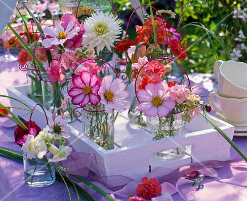 Sommerblumen Tischdeko Kleine Strausse Bild Kaufen 12146688