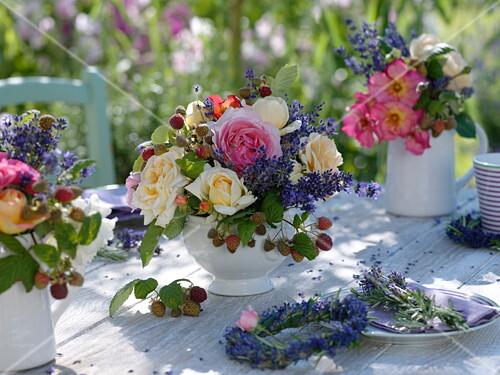 Sommerliche Tischdeko Mit Rosen Bild Kaufen 12166808