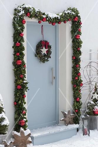 Haustur Mit Girlande Weihnachtlich Bild Kaufen 12184798