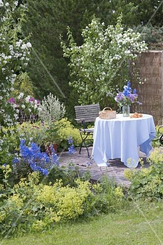 Kleine Terrasse Umgeben Von Beeten Mit Bild Kaufen 12186514