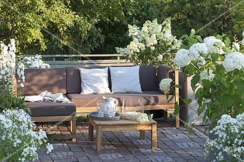 Terrasse Mit Weissen Pflanzen Bild Kaufen 12191776
