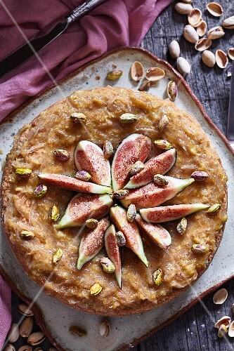 Vegan cheesecake with figs and pistachios