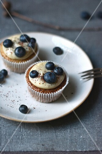 Cupcakes with blueberries and a white chocolate frosting