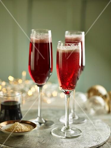 Drei Gläser Kir Royal zu Weihnachten