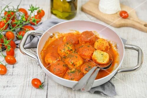 Ricottaklösschen in Tomatensauce