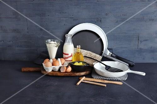zutaten und utensilien f r die zubereitung von pfannkuchen und crepes bild kaufen 12246254. Black Bedroom Furniture Sets. Home Design Ideas