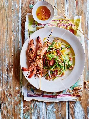 Sesame soya shrimps with a vegetable salad (Vietnam)