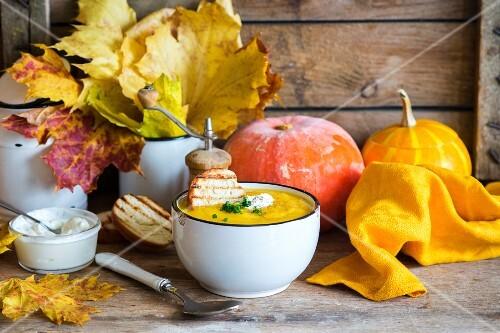 Herbstliche Kürbiscremesuppe mit Toast