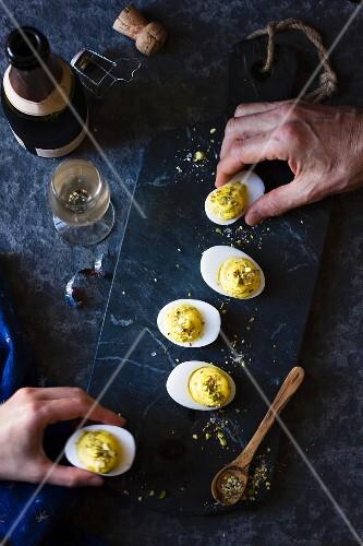 Gefüllte Eier mit Dukkah (Nuss-Gewürz-Mischung)