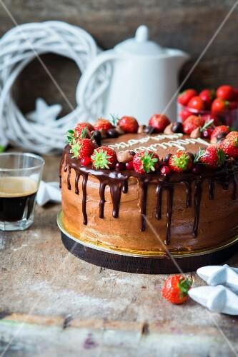 Schokoladentorte mit Erdbeeren zu Weihnachten
