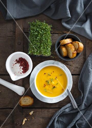 Vegane Karottensuppe mit Kresse und rotem Pfeffer